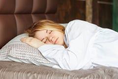 Schönes Mädchen schläft im Schlafzimmer Stockfotografie