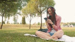 Schönes Mädchen schreibt eine Mitteilung auf dem Smartphone stock footage