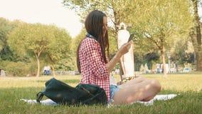 Schönes Mädchen schreibt Mitteilung auf Smartphone stock footage