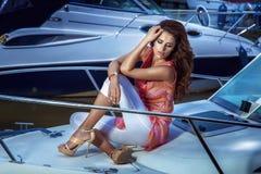 Schönes Mädchen sittin auf der Yacht. Lizenzfreie Stockfotos