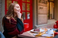 Schönes Mädchen, sitzend in einem Café und träumerisch starren in den Abstand an lizenzfreie stockbilder