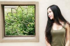 Schönes Mädchen am Sommer lizenzfreie stockfotos