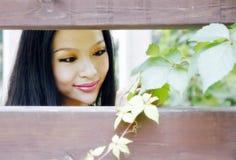 Schönes Mädchen am Sommer lizenzfreie stockfotografie
