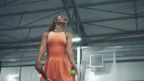 Schönes Mädchen spielt Tennis, Nahaufnahme stock video footage