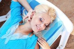 Schönes Mädchen am Strand Stockfoto
