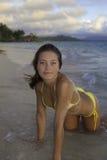Schönes Mädchen am Strand Stockbilder