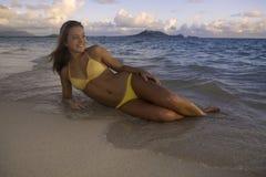 Schönes Mädchen am Strand Stockfotografie
