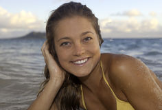Schönes Mädchen am Strand Stockbild