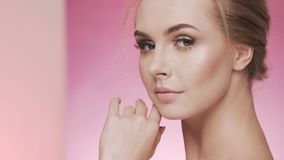 Schönes Mädchen am Studiohintergrund, Schönheitskonzept stock video footage