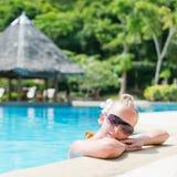 Schönes Mädchen am Swimmingpool mit Stab Stockbilder