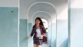 Schönes Mädchen thailändischer Student High Schools entspannen sich und spielend in der Schule stock footage