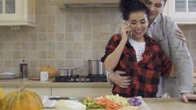 Schönes Mädchen trifft seinen Freund an der Küche bei der Unterhaltung am Telefon stock video footage