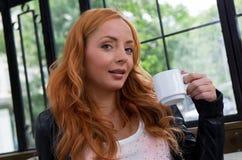 Schönes Mädchen-trinkender Tee oder Kaffee Stockfotos