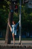 Schönes Mädchen tut die Spalten auf der Straße Lizenzfreie Stockfotografie