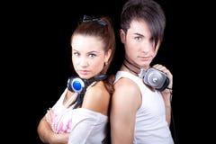 Schönes Mädchen und Junge mit Kopfhörern. lizenzfreies stockbild