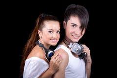 Schönes Mädchen und Junge mit Kopfhörern. lizenzfreie stockfotografie