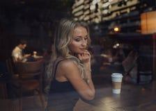 Schönes Mädchen und Mann im Café Blind-Date Stockfotos
