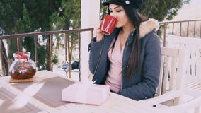 Schönes Mädchen in uns öffnet rosa Geschenk stock footage