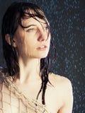 Schönes Mädchen unter einem Regen stockbilder