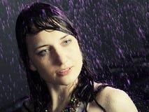 Schönes Mädchen unter einem Regen Stockfoto
