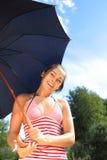 Schönes Mädchen unter Regenschirm Stockfotos