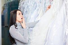 Schönes Mädchen wählt ihr Hochzeitskleid Porträt in Brautsa lizenzfreies stockbild