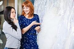 Schönes Mädchen wählt ihr Hochzeitskleid Porträt in Brautsa stockbilder
