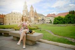 Schönes Mädchen während des besichtigenden alten Schlosses in Krakau, Wawel Lizenzfreie Stockfotos