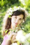 Schönes Mädchen war blühender Garten lizenzfreie stockfotografie