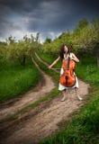 Schönes Mädchen, welches das Cello spielt lizenzfreies stockbild