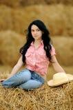 Schönes Mädchen, welches die Natur genießt lizenzfreie stockfotos