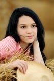 Schönes Mädchen, welches die Natur genießt Stockbilder