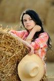 Schönes Mädchen, welches die Natur genießt Lizenzfreies Stockbild