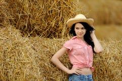 Schönes Mädchen, welches die Natur genießt lizenzfreie stockbilder