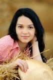 Schönes Mädchen, welches die Natur genießt lizenzfreies stockfoto