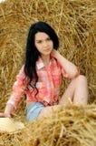 Schönes Mädchen, welches die Natur genießt stockbild