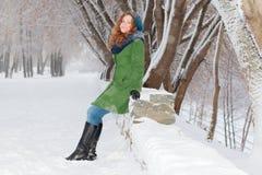 Schönes Mädchen wirft im Freien am Wintertag auf Lizenzfreie Stockfotografie