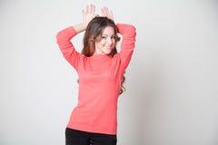 Schönes Mädchen zeigt Handhaseohren Stockfotos