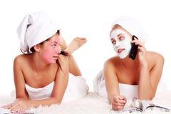 Schönes Mädchen zwei, das im Badekurort sich entspannt Stockfotos