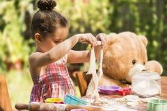 Schönes Mädchenbacken-Plätzchen Konzept stockfotografie