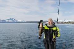 Schönes Mädchenfischen in Nord-Norwegen Lizenzfreies Stockfoto