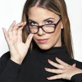 Schönes Mädchengesicht mit Mode eyeglases lizenzfreie stockfotos