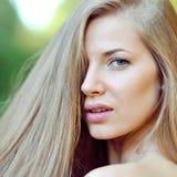 Schönes Mädchengesicht mit vollkommener Haut Stockbild