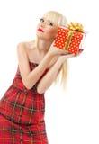 Schönes Mädchenholding-Weihnachtsgeschenk im roten Kleid Lizenzfreies Stockbild