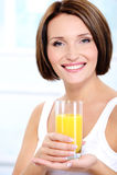 Schönes Mädchenholdingglas frischer Orangensaft Stockbild
