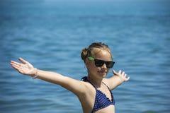 Schönes Mädchenlächeln mit den angehobenen Händen, Frau auf Strandsommerferien Konzept der Freiheitsreise lizenzfreies stockfoto