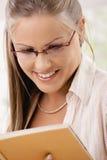 Schönes Mädchenlesebuch Lizenzfreies Stockfoto