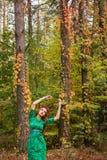 Schönes Mädchenmodell im gelben Herbstlaub Lizenzfreies Stockfoto