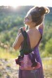 Schönes Mädchenmodell mit einer Tasche handgemacht Lizenzfreie Stockfotografie
