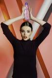 Schönes Mädchenmodell mit Wasser stockbilder